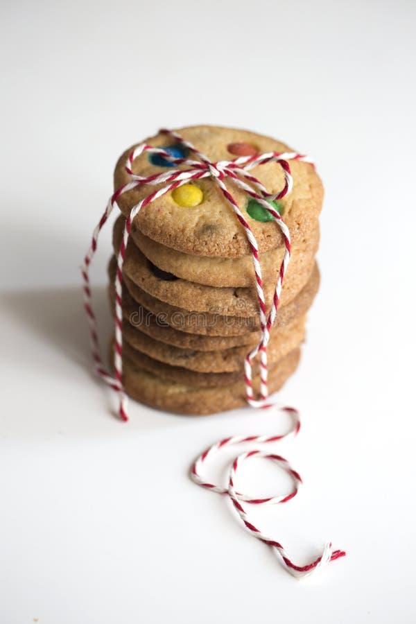 Домодельные печенья украшенные с пестроткаными падениями конфеты стоковые фото