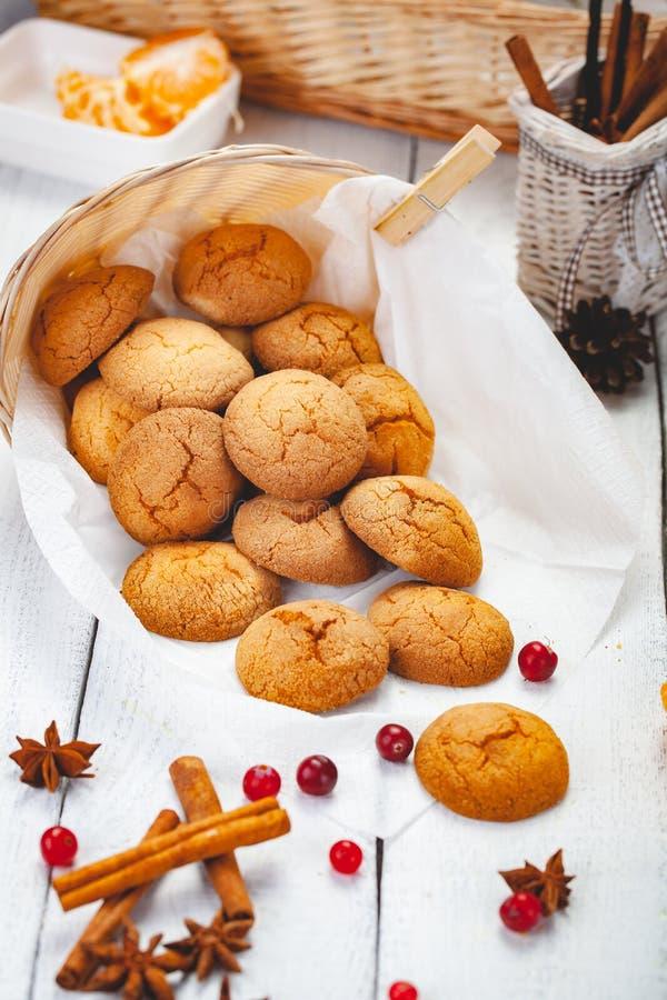 Домодельные печенья tangerine на деревянной деревенской таблице стоковые изображения rf