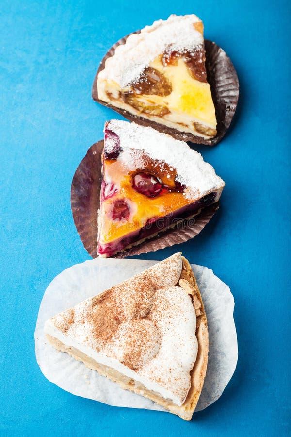 Домодельные пироги от бабушки на голубой предпосылке стоковое фото