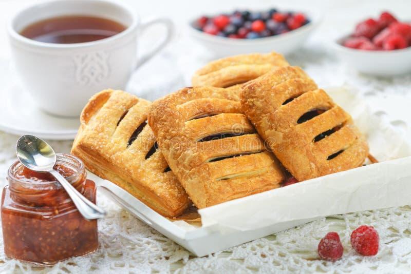 Домодельные пироги печенья слойки с полениками и голубиками стоковая фотография