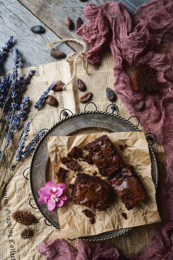 Домодельные пирожные шоколада на винтажной серебряной плите, украшенной с лавандой стоковое фото