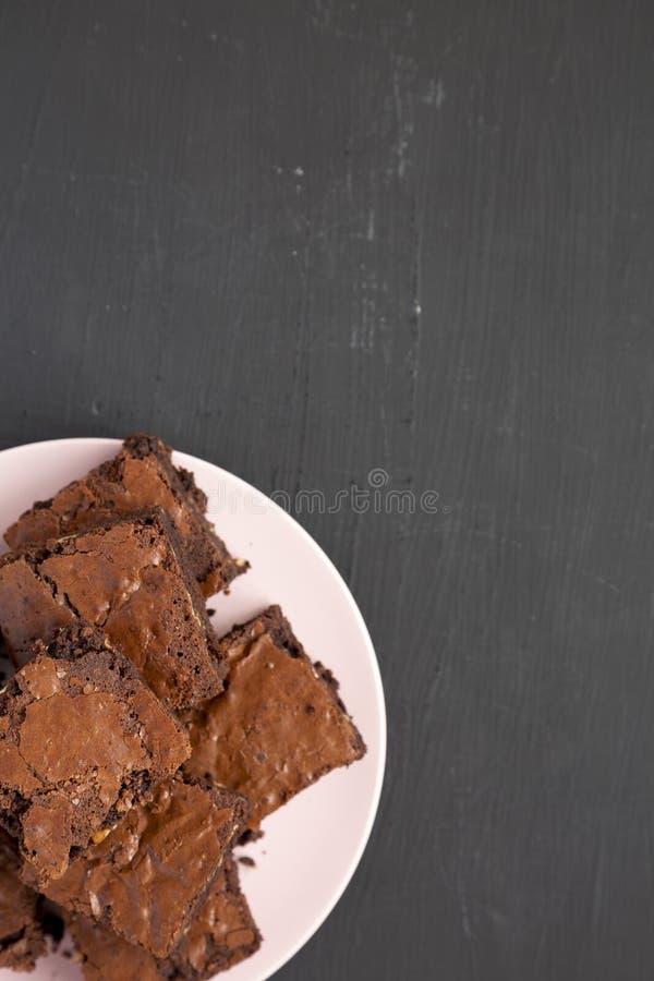 Домодельные пирожные шоколада на розовой плите на черной предпосылке, взгляде сверху Сверху, надземное, плоское положение r стоковая фотография