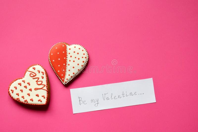Домодельные сердца и бумага пряника с текстом мое Валентайн Сердца печений на розовой предпосылке Съестной подарок o дня Святого  стоковая фотография