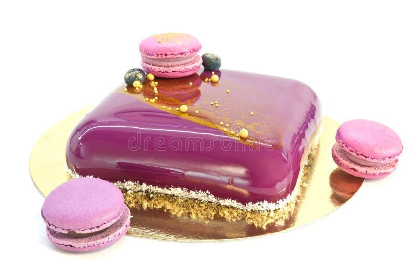 Домодельные торт и macaroons мусса стоковое изображение