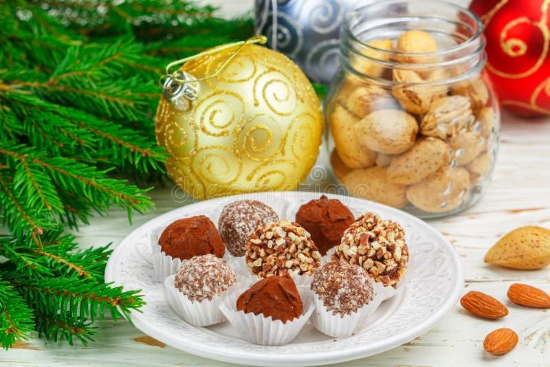 Домодельные трюфеля шоколада с миндалинами, кокосом и мякишем печениь стоковые фото