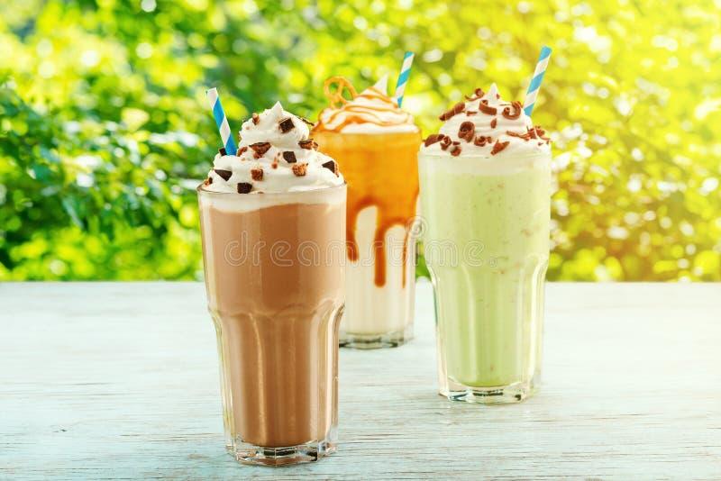 Домодельные milkshakes с красивым отбензиниванием стоковые изображения