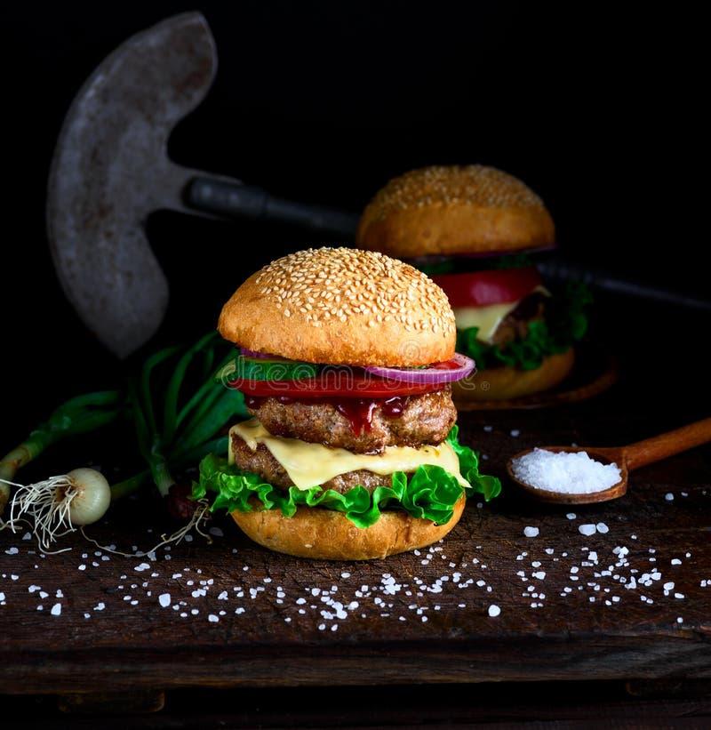 Домодельный бургер с салатом, сыром, луком и томатом стоковые фото