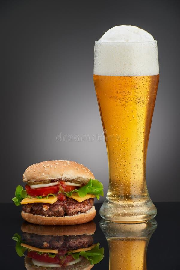 Домодельный бургер с стеклом пива стоковые изображения rf