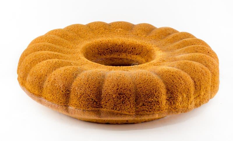 Домодельный ванильный торт bundt на белой предпосылке стоковое изображение