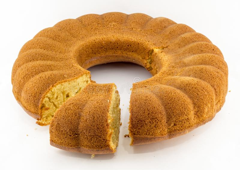 Домодельный ванильный торт bundt на белой предпосылке стоковые фото