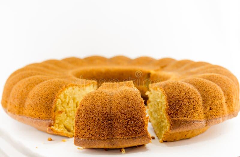 Домодельный ванильный торт bundt на белой предпосылке стоковое фото