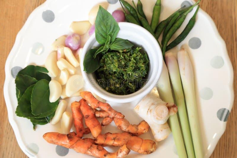 Домодельный вегетарианский тайский зеленый затир карри с сырцовое ingrediant стоковые изображения