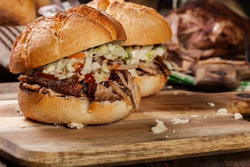 Домодельный вытягиванный бургер свинины с салатом coleslaw стоковое изображение