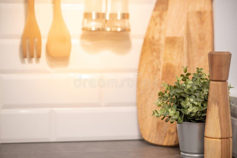 Домодельный деревянный kitchenware в кухне стоковые изображения