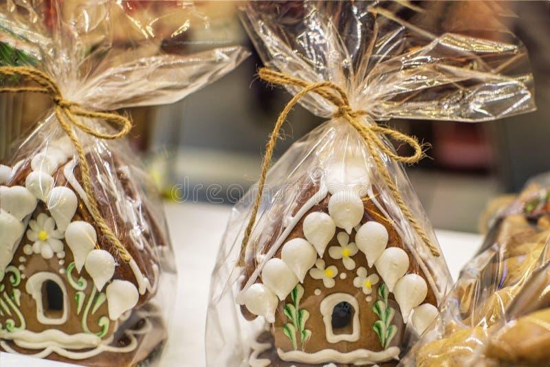 Домодельный дом пряника рождества показал на таблице Дом пряника создал программу-оболочку Серии домов пряника стоковые изображения rf