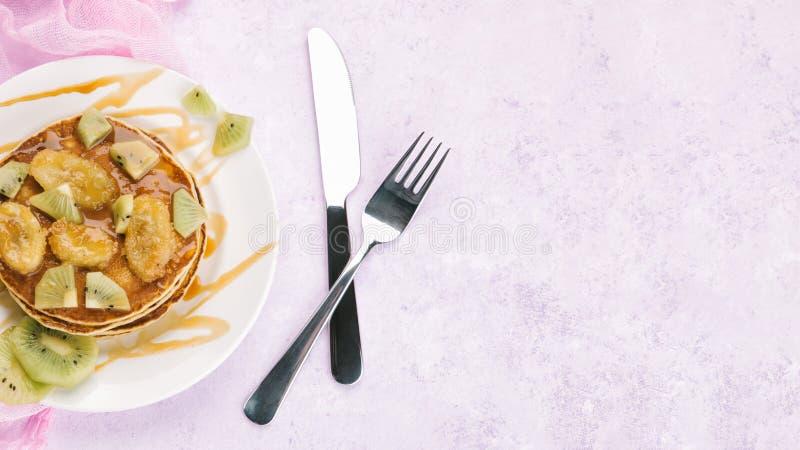 Домодельный завтрак на мраморной фиолетовой таблице стоковые изображения
