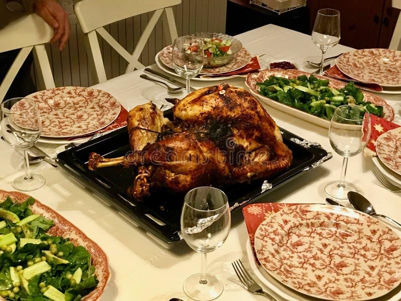 Домодельный зажаренный в духовке день Турция благодарения со всеми сторонами на обеденном столе стоковая фотография rf