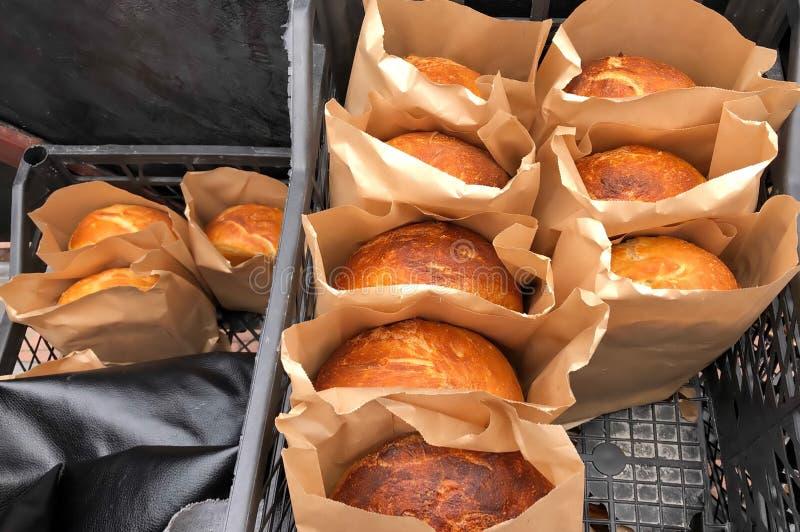 Домодельный испеченный хлеб в бумаге упаковывая, продуктах пекарни частных бизнесменов стоковое фото