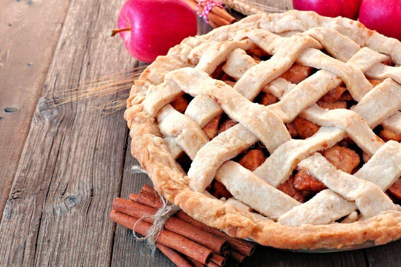 Домодельный конец яблочного пирога вверх по сцене стоковое изображение