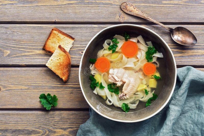 Домодельный куриный суп с лапшой на деревянной деревенской таблице планки E стоковое фото rf
