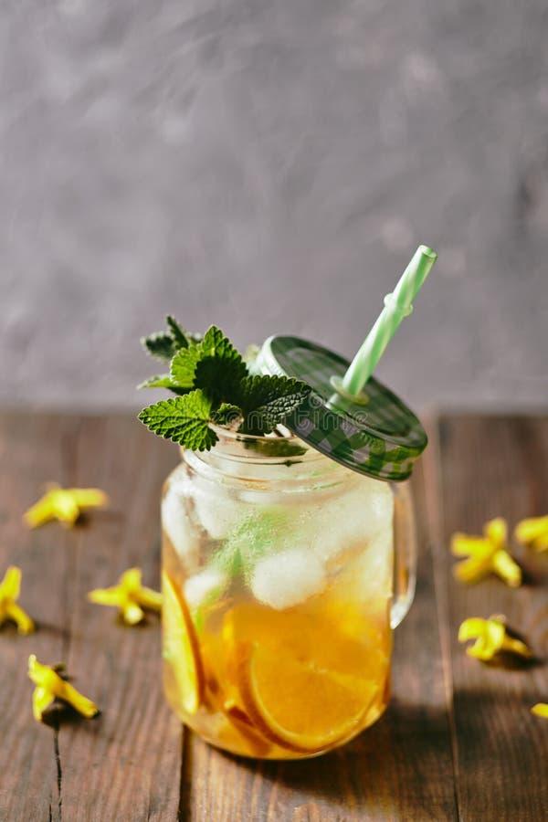 Домодельный лимонад апельсинов и холодной свежей мяты стоковое фото
