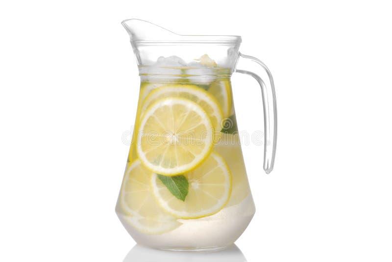 Домодельный лимонад с мятой и льдом с стеклянным кувшином изолировано стоковое изображение rf