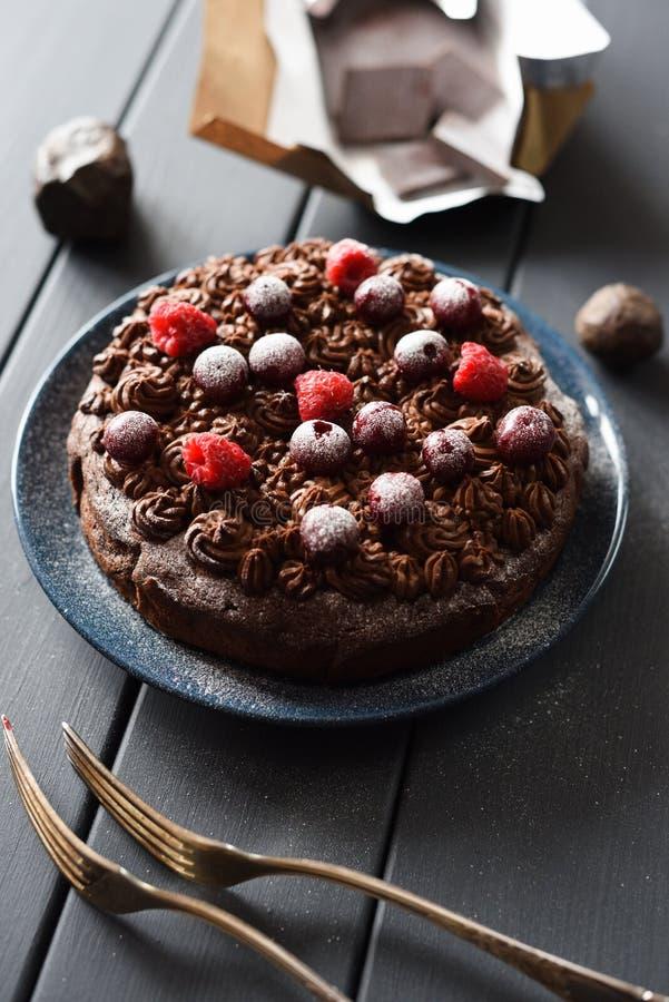 Домодельный неидеальный шоколадный торт клейковины и сахара свободны стоковые фотографии rf