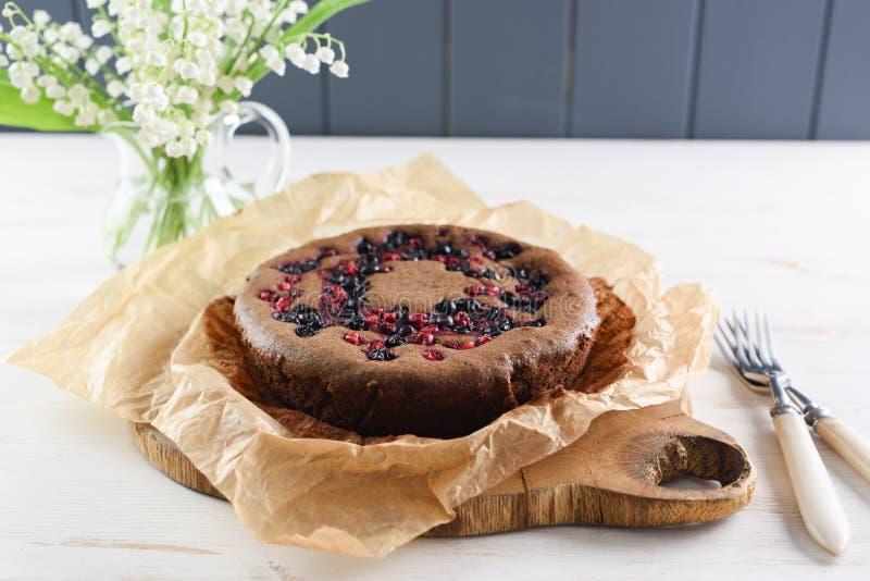 Домодельный одичалый торт ягоды с мукой вишни птицы Здоровый русский стоковое фото rf