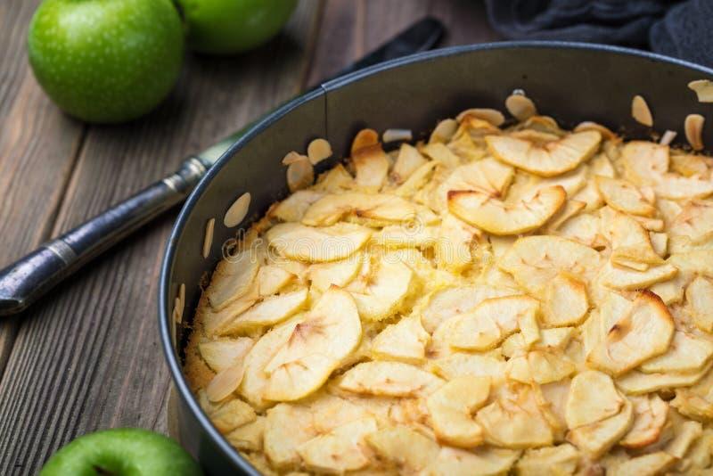 Домодельный органический десерт яблочного пирога как раз от печи стоковое фото