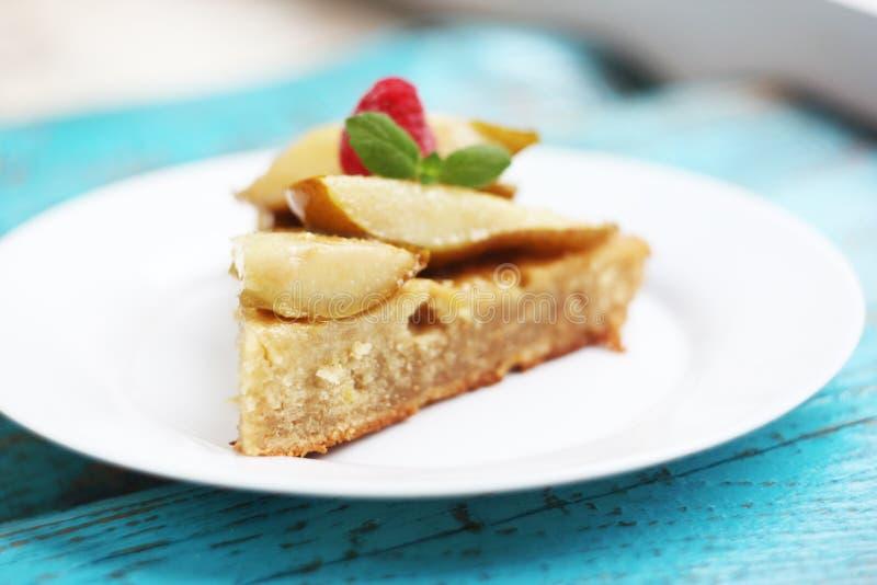 Домодельный пирог с грушами и мятой стоковая фотография rf