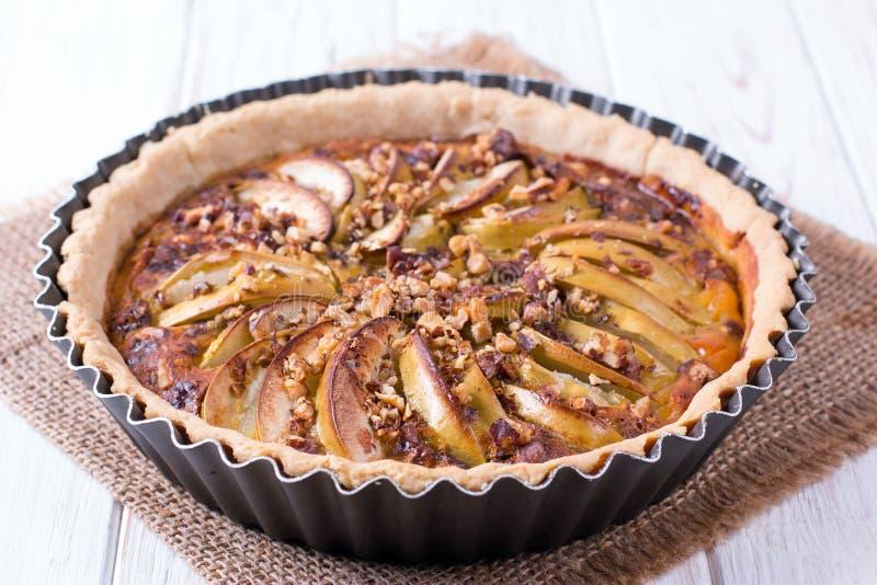 Домодельный пирог торта яблока в форме с свежими яблоками стоковое фото