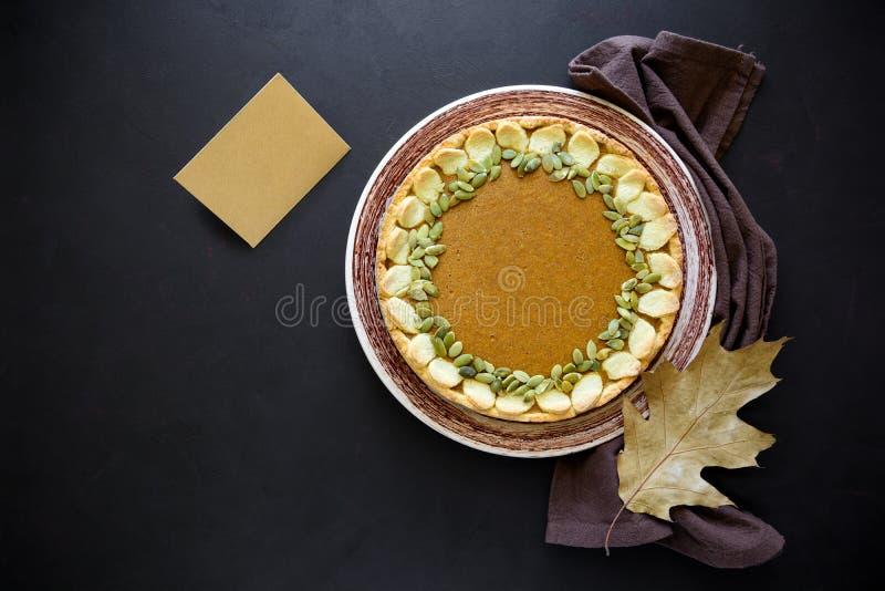 Домодельный пирог тыквы с циннамоном на темной деревянной предпосылке Концепция официальный праздник в США в память первых колони стоковое изображение