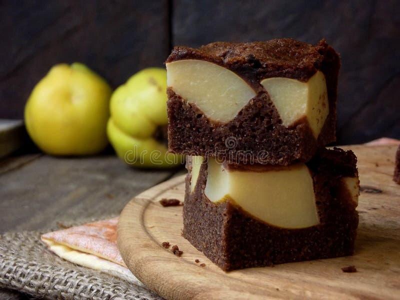 Домодельный пирог шоколада от муки мозоли с айвой на деревянной предпосылке свободные от Клейковин печенья скопируйте космос стоковые изображения