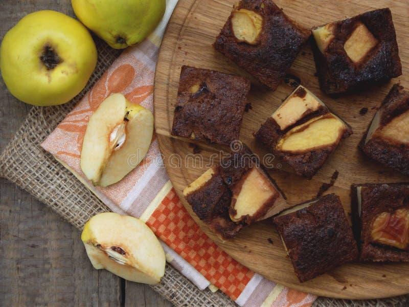 Домодельный пирог шоколада от муки мозоли с айвой на деревянной предпосылке свободные от Клейковин печенья скопируйте космос стоковое изображение