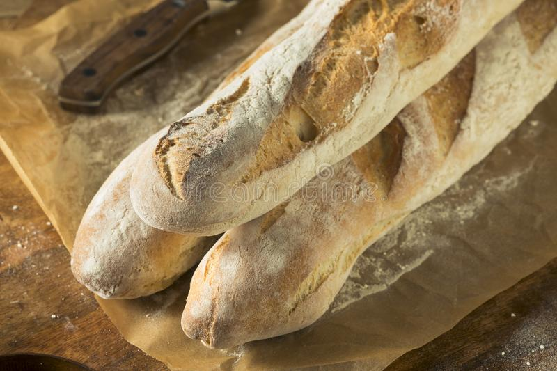 Домодельный покрытый коркой багет французского хлеба стоковая фотография rf