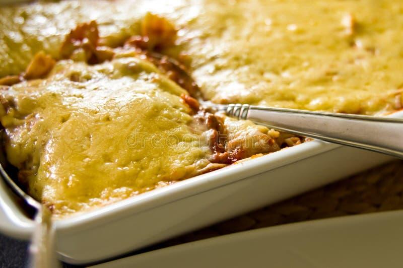 Домодельный процесс принятия фото еды лазаньи стоковое изображение