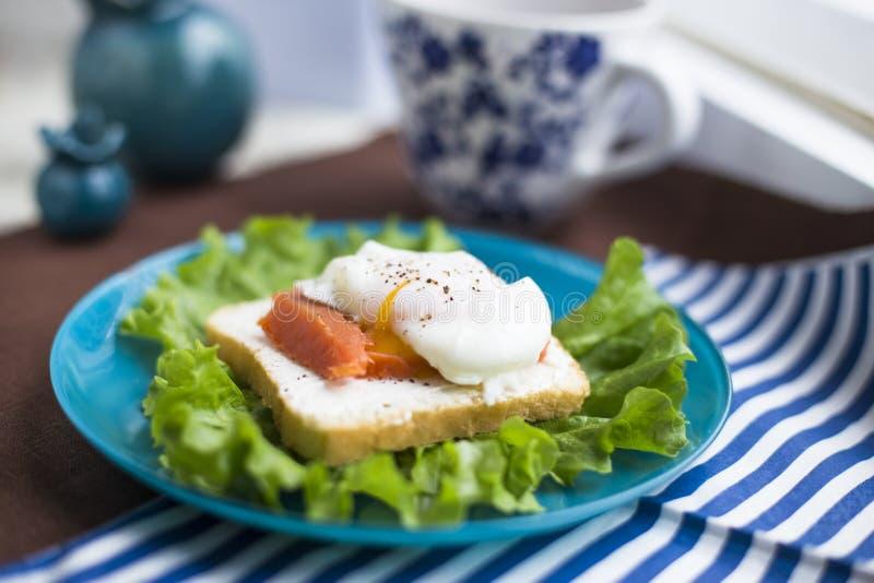 Домодельный сандвич с яичком и семгами стоковые изображения