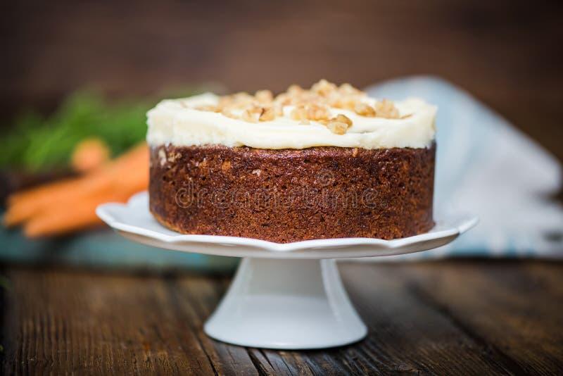 Домодельный свежий торт моркови стоковое фото rf