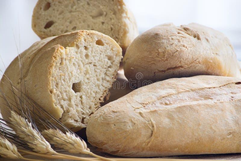 Домодельный свежий хлеб с ушами пшеницы стоковое фото rf