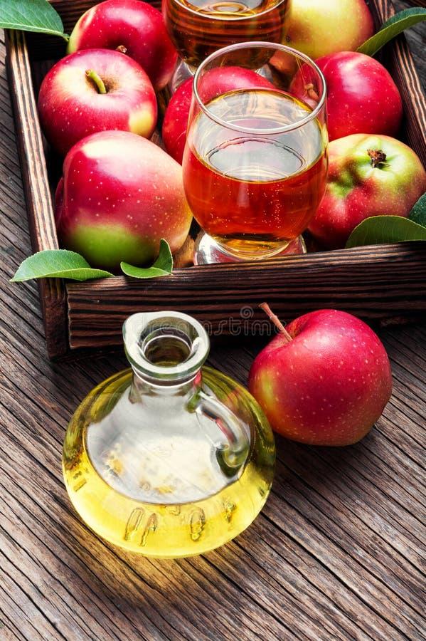 Домодельный сидр от зрелых яблок стоковые изображения