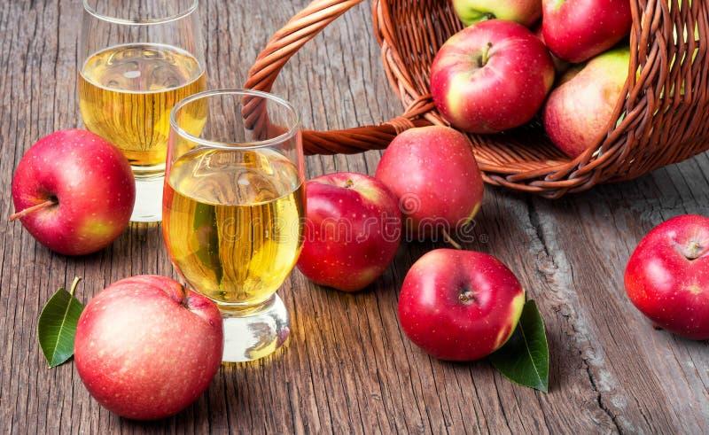 Домодельный сидр от зрелых яблок стоковые изображения rf