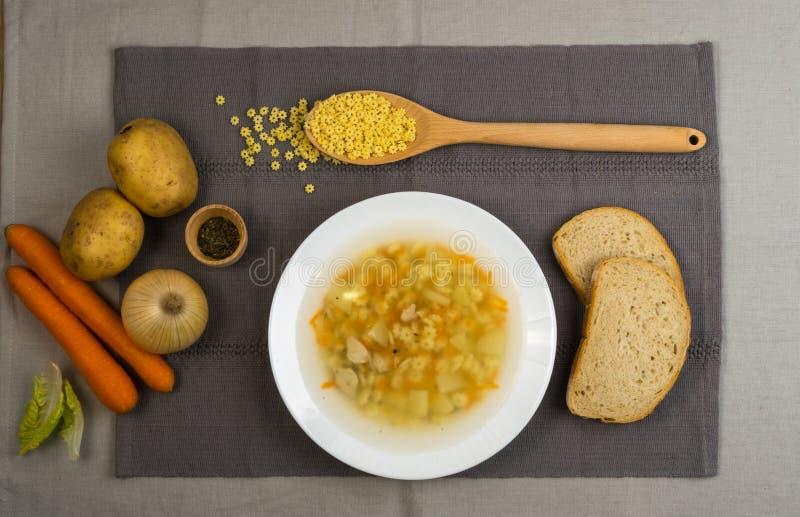 Домодельный суп лапши с цыпленком стоковая фотография rf