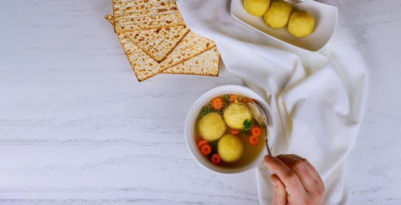 Домодельный суп шарика мацы в шаре стоковые фото
