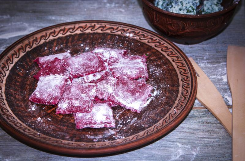 Домодельный сырцовый розовый равиоли макаронных изделий бураков с сы стоковая фотография rf