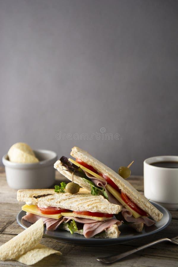 Домодельный сэндвич клуба Провозглашанные тост треугольники с ветчиной, овощи белого хлеба сыра свежие Деревянный стол стоковые фотографии rf