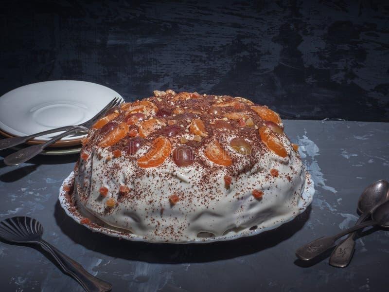 Домодельный торт в медленном плитае на кефире Украшенный с плодом и взбитой сливк Конец-вверх снятый от стороны стоковое изображение