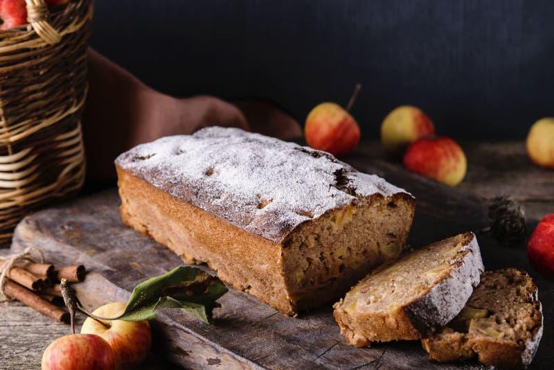 Домодельный торт кофе циннамона Яблока с свежими яблоками на старом деревенском деревянном столе стоковая фотография rf