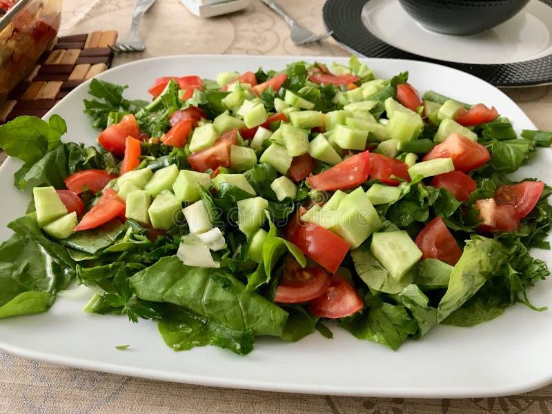 Домодельный турецкий салат огурца, который служат с Arugula, Rucola или листьями и томатами Ракеты стоковые изображения