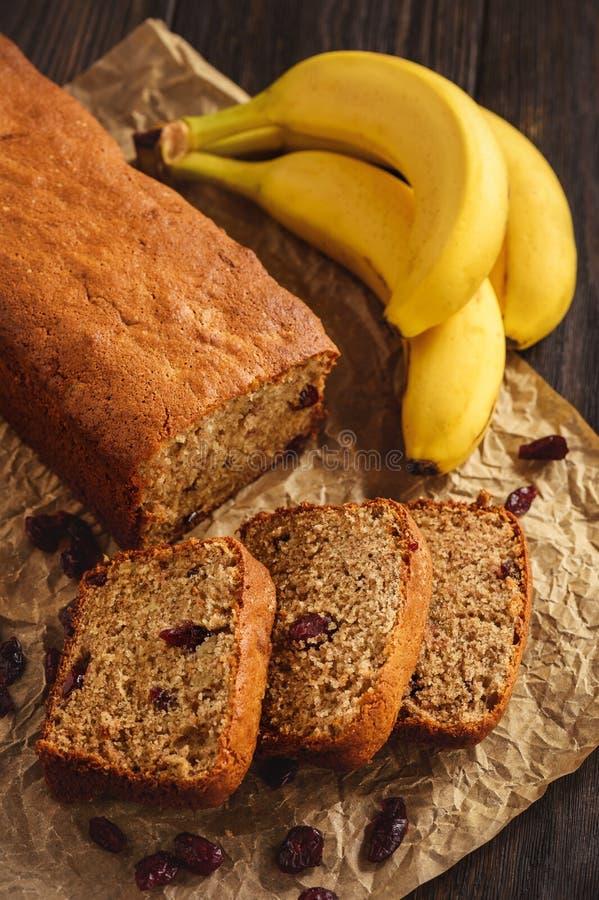 Домодельный хлеб банана с клюквой стоковое фото rf