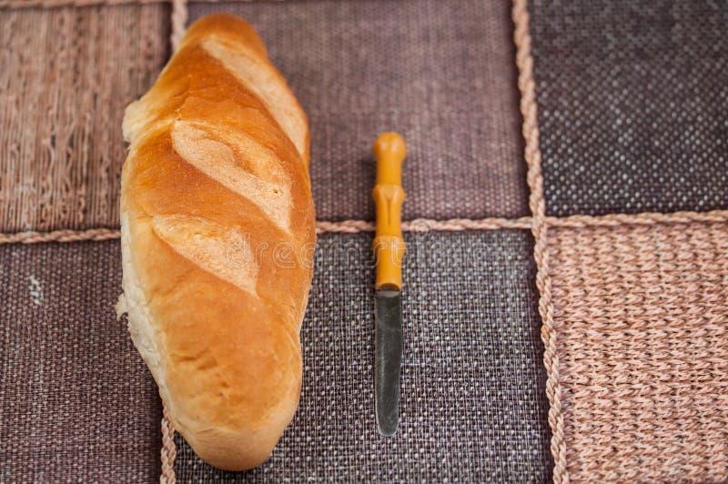 Домодельный хлеб и нож на кухонном столе Вкусная еда стоковое изображение